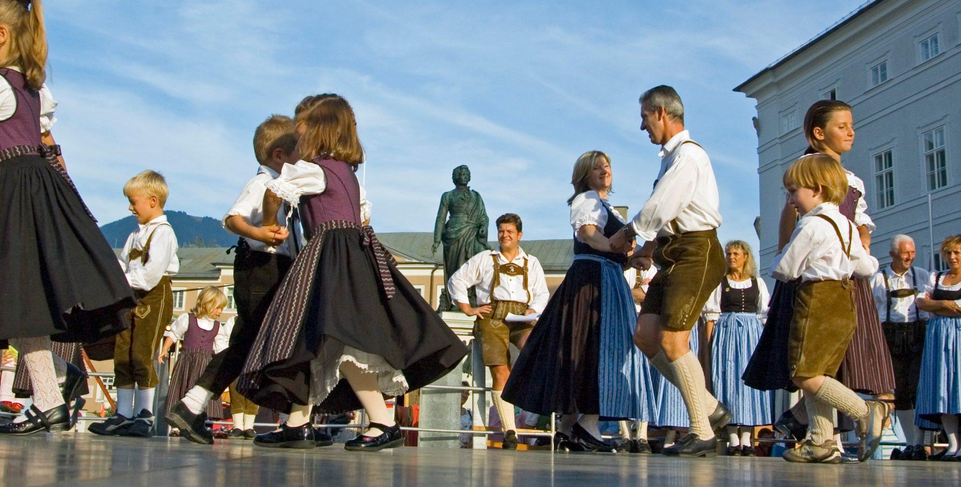 Brauchtumstanz am Mozartplatz