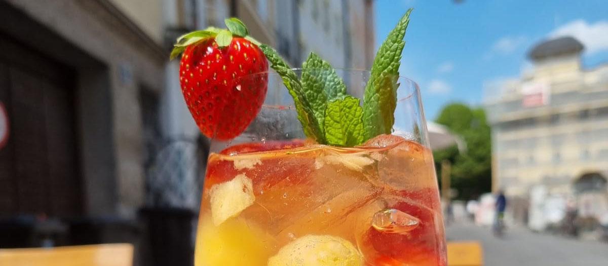 Erdbeer-Melonen Bowle mit Prosecco und Eis