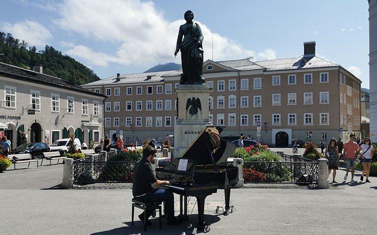 Salzburg Guide - Mozartstatue am Mozartplatz